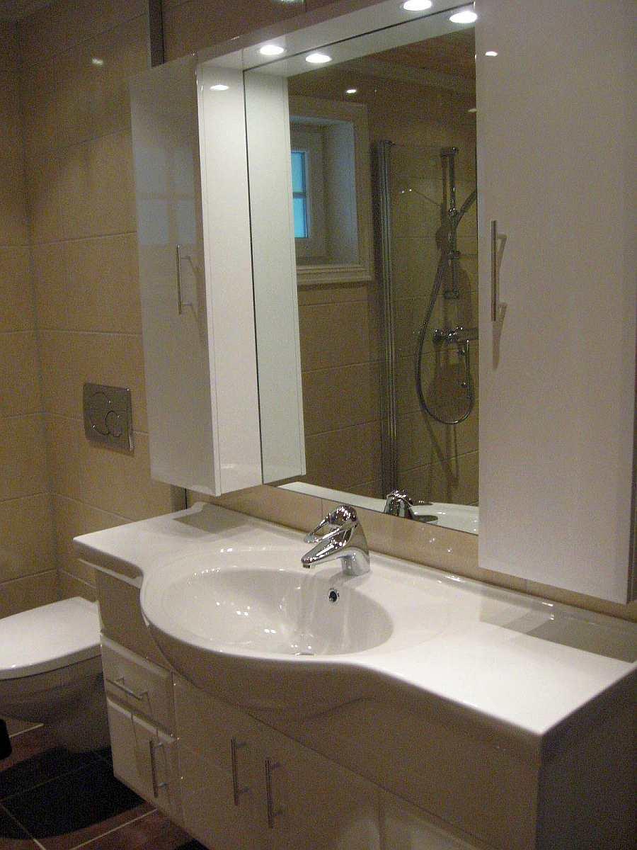 Das Bad in Haus 5 verfügt über Waschbecken, Dusche und WC. Es gibt dort eine Fußbodenheizung