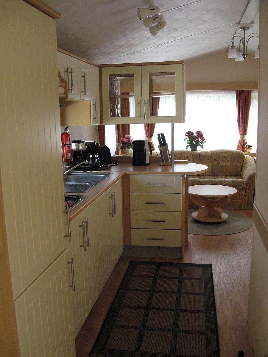 Blick durch die Küche in den Wohnbereich des Hauses 6