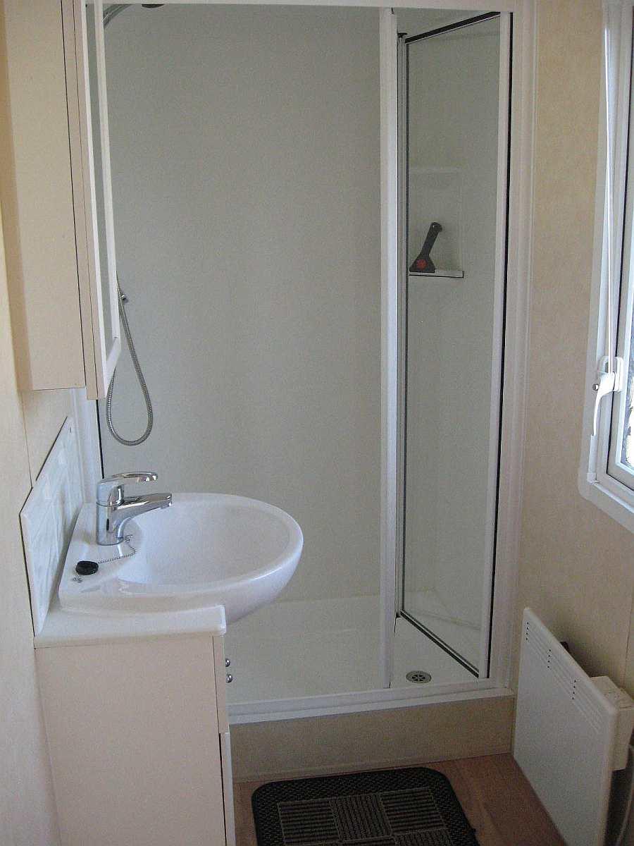 Badezimmer mit Dusche und WC im Ferienhaus 6