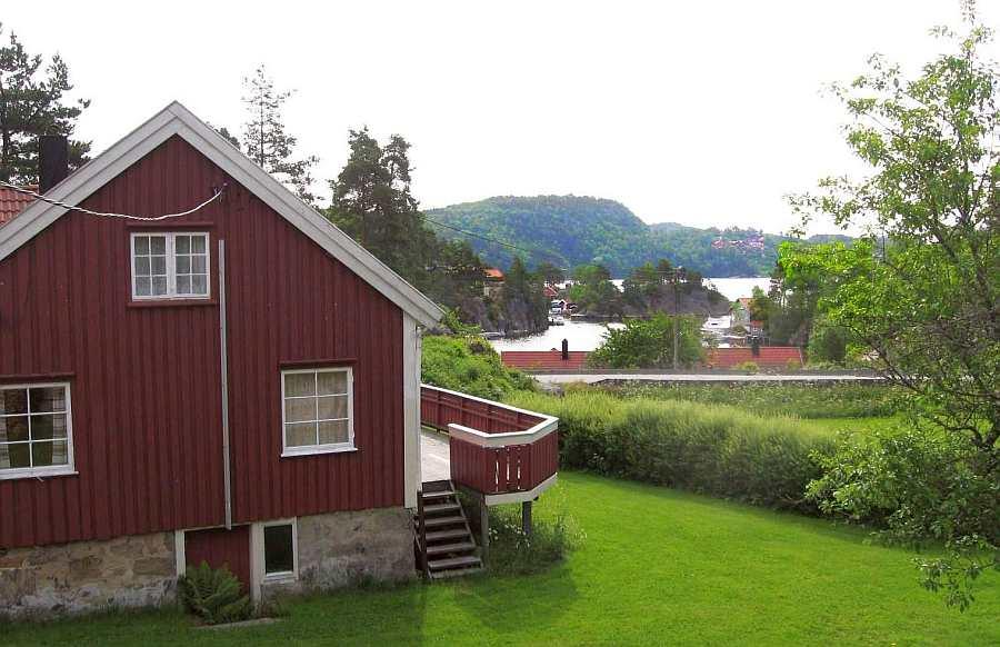 Das Ferienhaus Nr. 1 liegt ein wenig erhöht vom Fjord in ruhiger, ungestörter Lage auf einem eigenen großen Gartengrundstück