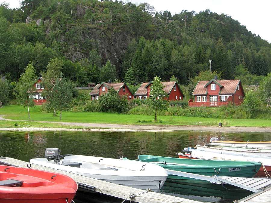 Blick vom Bootssteg auf die Ferienhäuser - eines dieser Boote mit  15 Fuß/9,8 PS ist bei jedem der Häuser automatisch im Preis bereits enthalten! Mit diesen Booten ist nur ein begrenzte Ausfahrt Richtung offenes Meer möglich!
