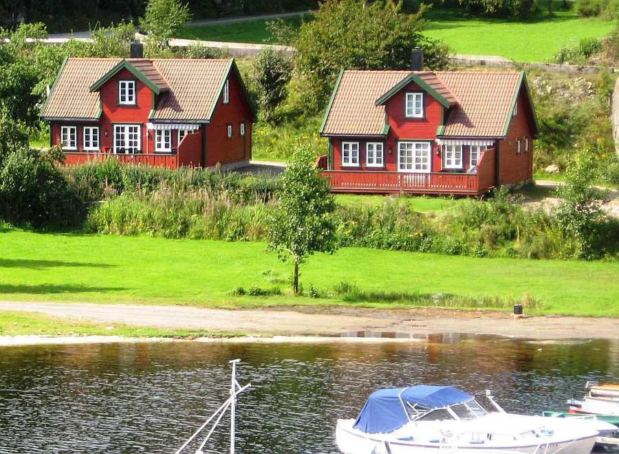 Die beiden baugleichen Ferienhäuser Nr. 3 und Nr. 4 liegen direkt am Fjordufer