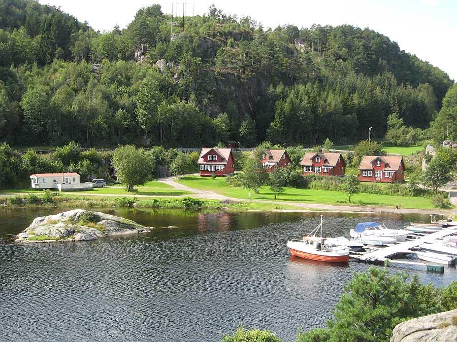 Die Ferienhäuser direkt am Fjordufer: Haus 6 (weiss), Haus 5, Haus 4 und 3 (von links)