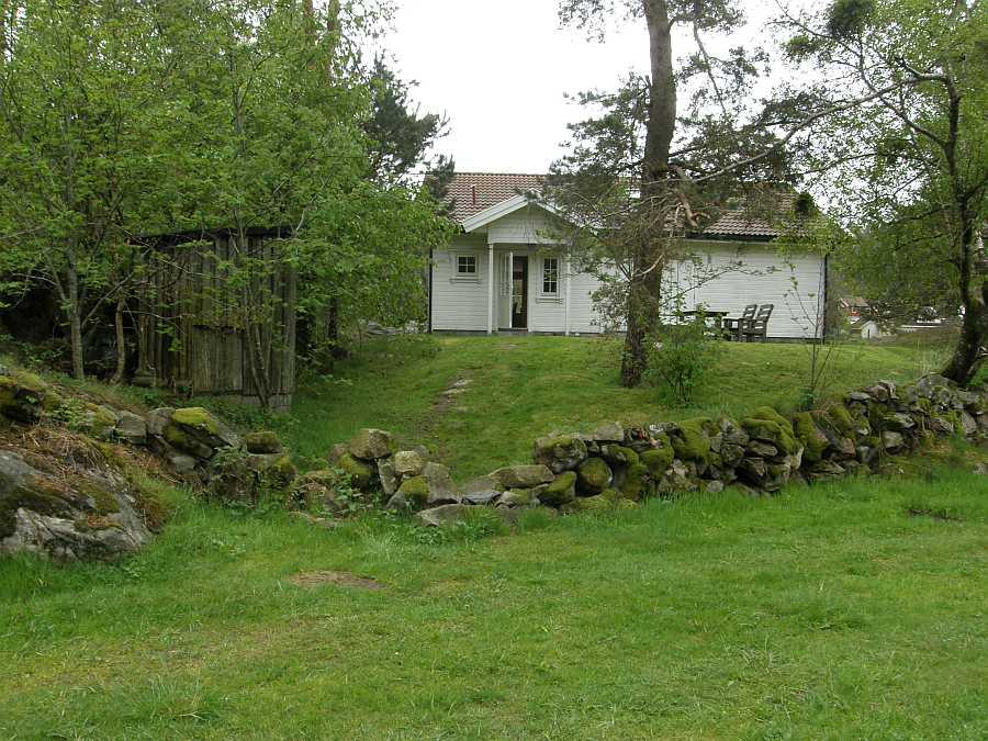 Ferienhaus Skogsøy liegt auf einem großen, eigenen Naturgrundstück
