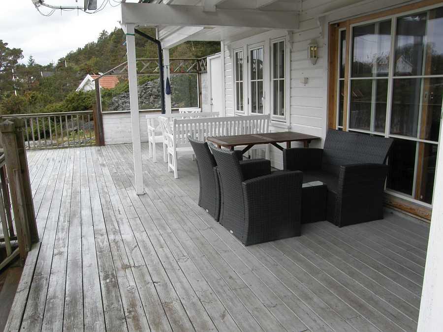 Zwei Sitzgruppen auf der Terrasse