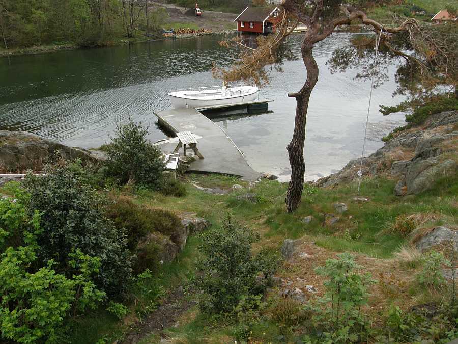 Das große 24 Fuß Angelboot liegt am eigenen Bootssteg direkt vor dem Haus