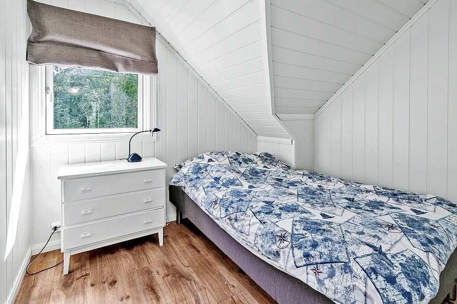Das Schlafzimmer mit einem breiten Einzelbett