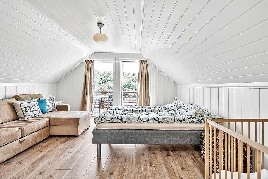 Das Schlafzimmer mit 2 Einzelbetten (hier wahlweise zum Doppelbett zusammengeschoben) und einem Doppel-Schlafsofa