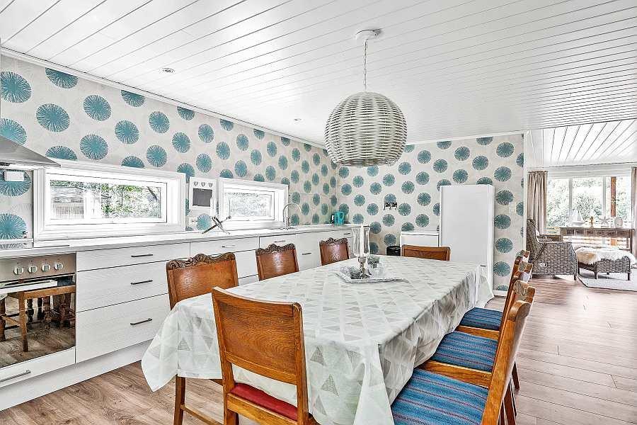 Die Küche ist mit allem Notwendigen bereits komplett ausgestattet. Zusätzlich findet sich hier der Esstisch des Ferienhauses