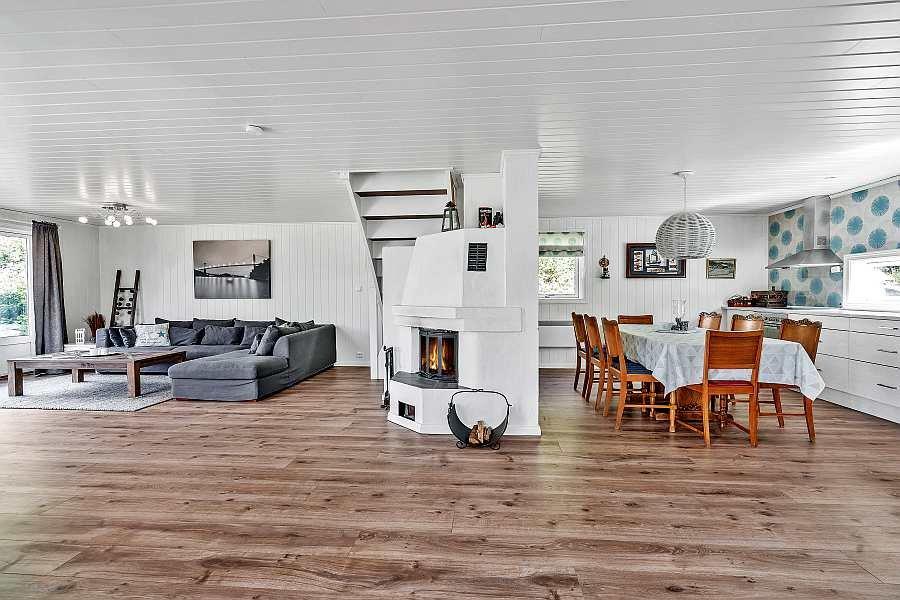 Die offene Wohnküche schließt direkt an den Wohnbereich an