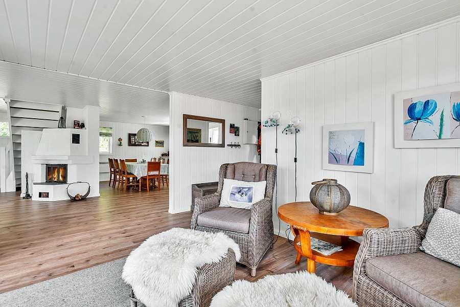 Blick vom zusätzlichen Sitzbereich zu offenen Wohnküche