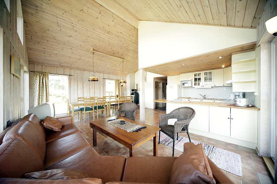 Blick in den Wohnbereich mit offener Küche beim Ferienhaus Fjordstua