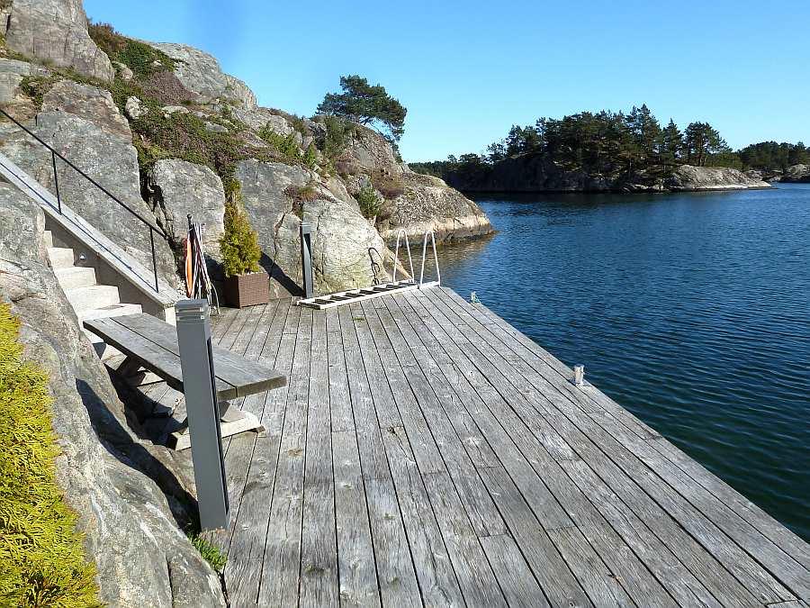 Auch hier kann man entspannt sitzen - wer mag kann baden gehen (Badeleiter vorhanden), auch ein Angelversuch bietet sich an... ;-)