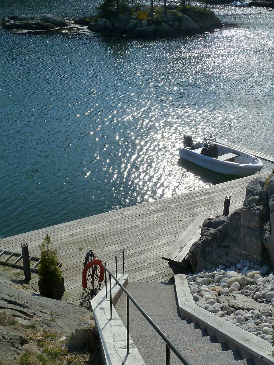 Blick vom Haus hinunter zum Bootssteg