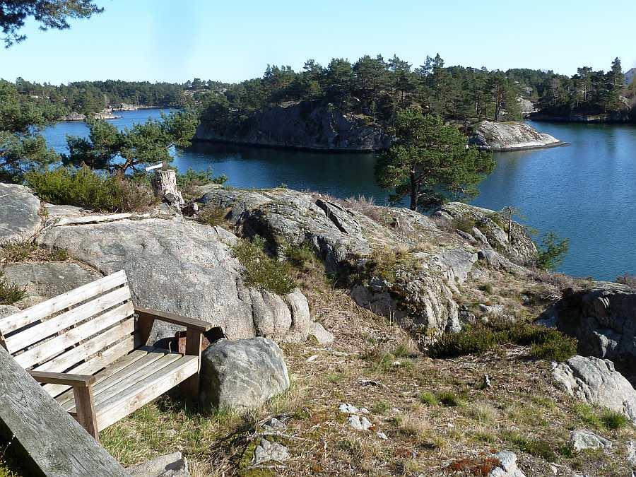 Auf dem Naturgrundstück findet sich immer ein ruhiges Plätzchen um sich zu entspannen und auf das Meer zu schauen...