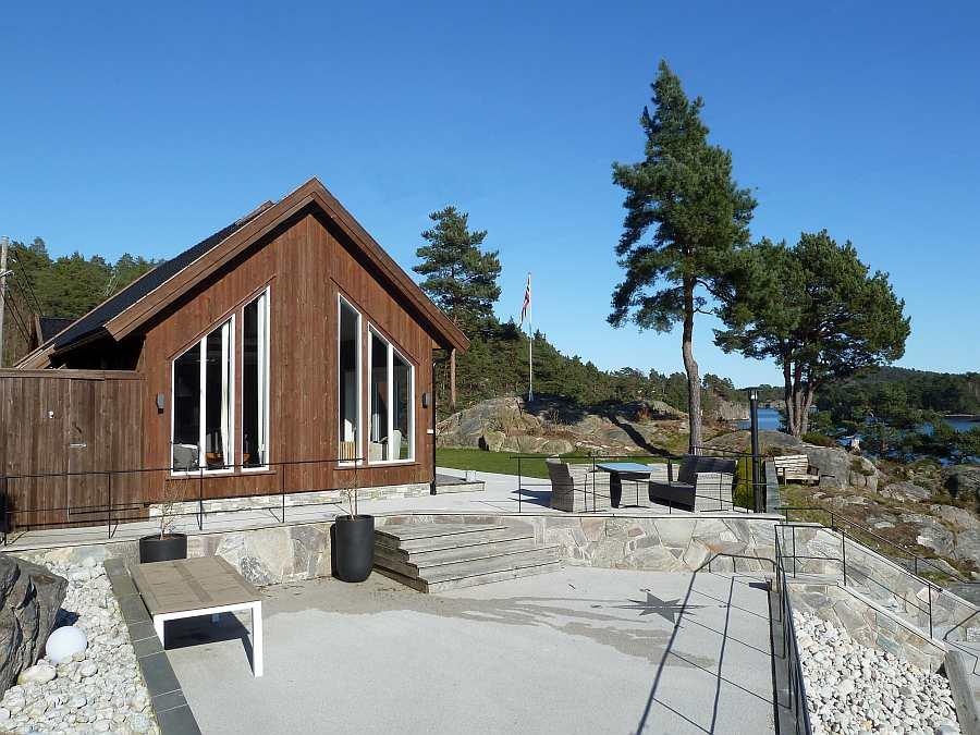 Der untere Terrassenbereich bietet auch ausreichend Platz für größere Gruppen - es stehen ausreichend (!) Gartenmöbel zur Verfügung