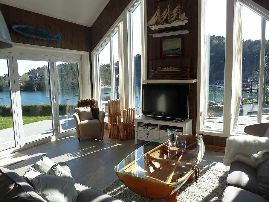 Die hohe Decke und die großen Fenster des Wohnbereiches sorgen für die tolle Atmosphäre im Raum