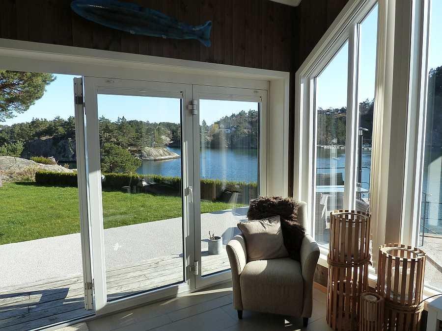 Vom Wohnzimmer aus hat man in mehrere Richtungen einen tollen Blick auf das Wasser und die vorgelagerten Inseln