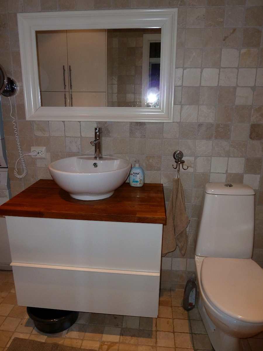 Das Badezimmer im Ergeschoß mit Waschbecken, WC und Dusche