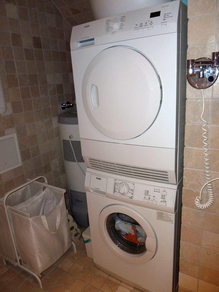 Auch eine Waschmaschine und ein Wäschetrockner stehen im Bad zur Verfügung