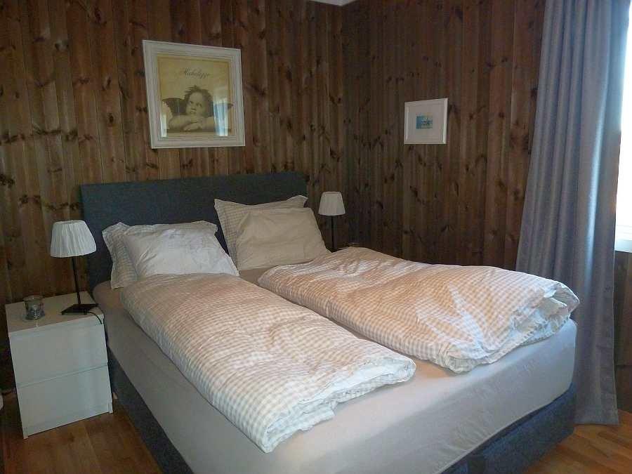 Das Schlafzimmer mit einem Doppelbett im Erdgeschoß