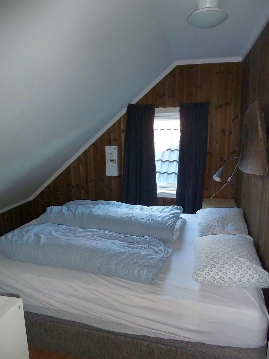 Das Schlafzimmer mit einem Doppelbett im Obergeschoß
