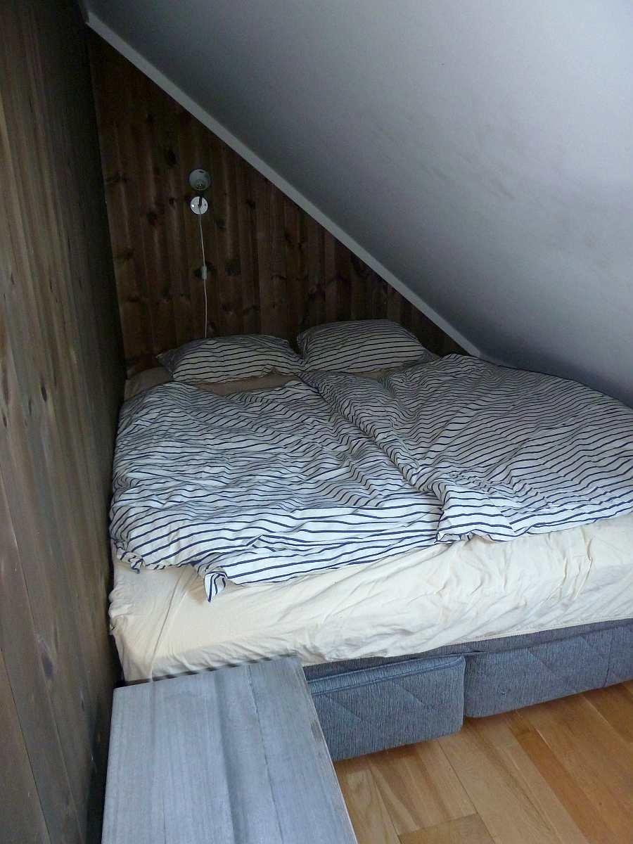 Dieses kleine Schlafzimmer mit Doppelbett ist doch das perfekte Kinderzimmer...