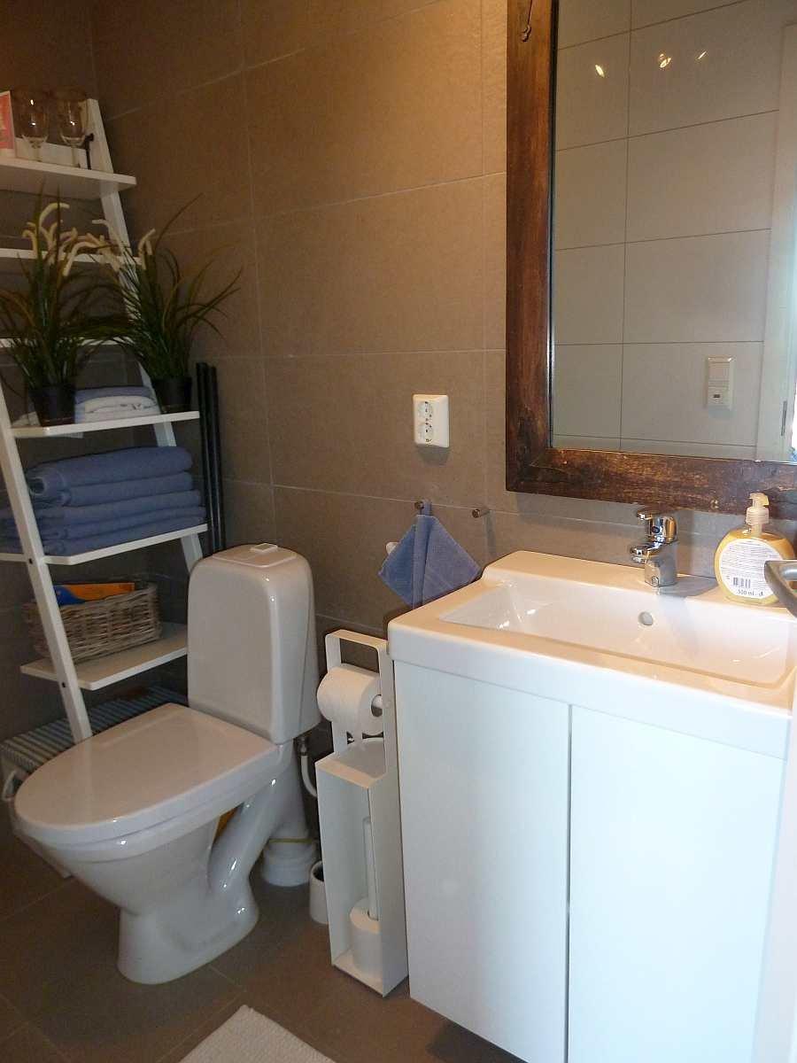 Das eigene Badezimmer  des Schlafzimmers (Waschbecken und WC)