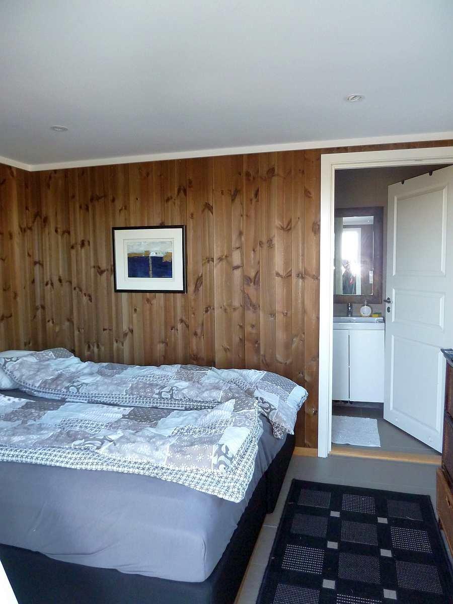 Dieses Schlafzimmer hat den direkten Zugang zu einem eigenen Bad im Nebenraum
