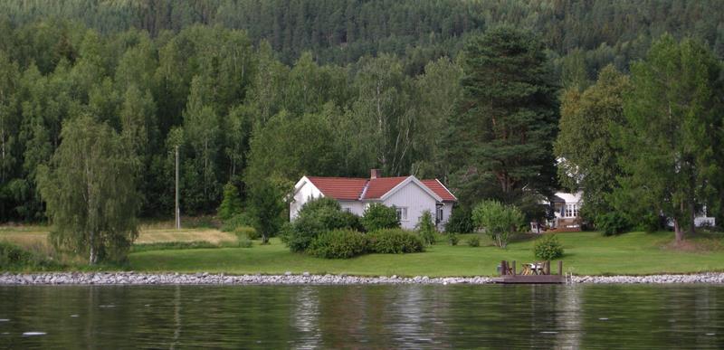 Das Ferienhaus Eidsvik liegt direkt am Ufer des Sees Randsfjorden
