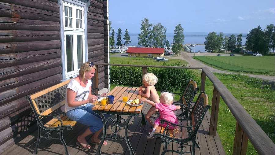 Die gemütliche Terrasse mit Blick auf den See