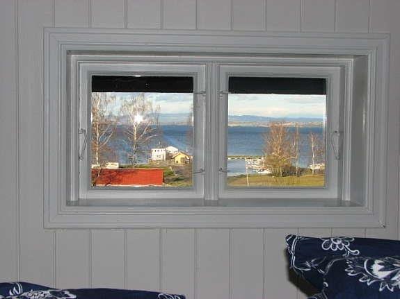Beim Kojenbett - Blick aus dem Fenster zum Bootshafen