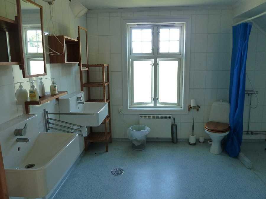 Das Badezimmer bietet viel Platz
