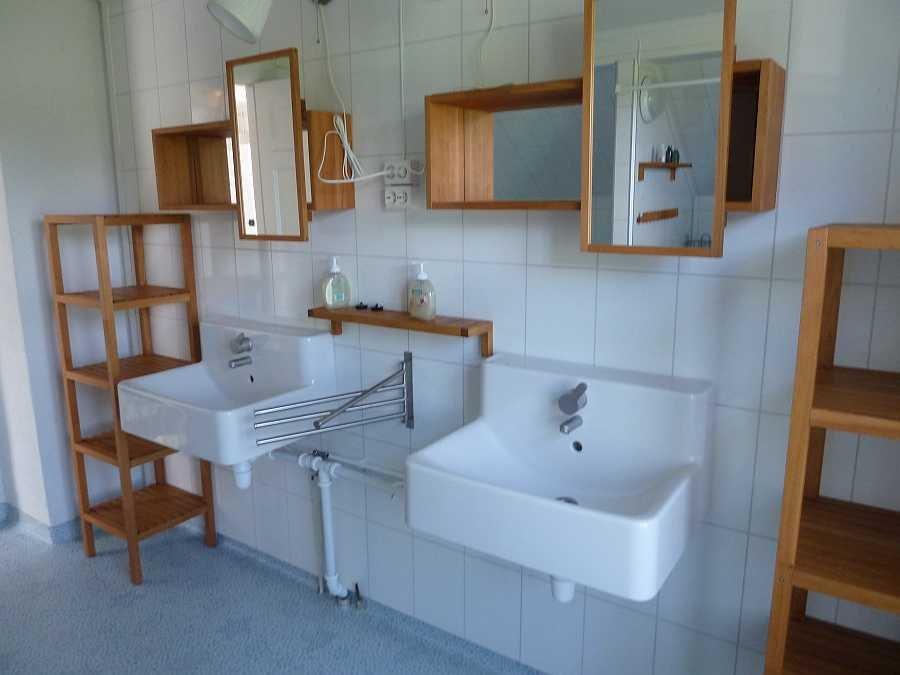 Das Badezimmer verfügt über zwei separate Waschbecken