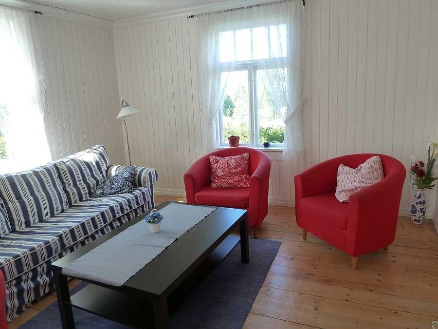 Im Wohnbereich - Sitzecke Nummer 2 - mit Musik-Anlage