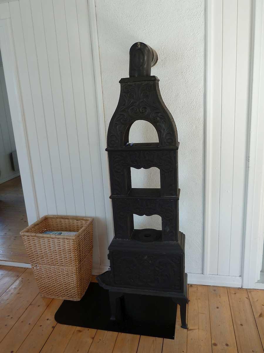 Der antike Holzofen im Wohnbereich sorgt für Gemütlichkeit