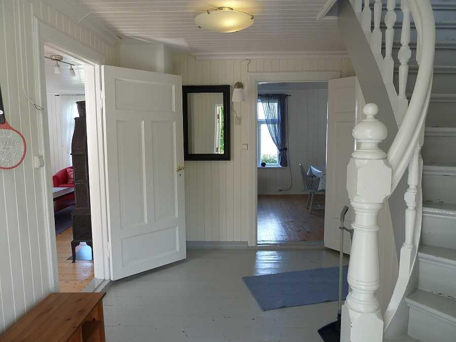 Flur im Ergeschoss mit Zugang zum Wohnzimmer, Esszimmer und Küche