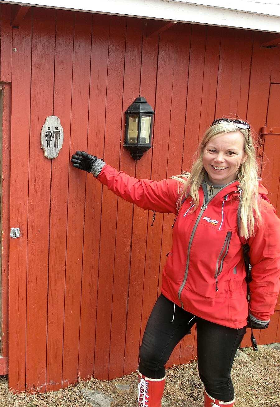 Ihre Gastgeberin Lene zeigt die Biotoilette