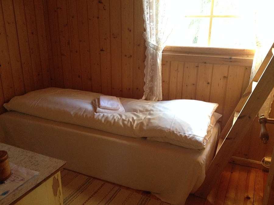 Schlafzimmer mit einem Einzelbett und einem Etagenbett