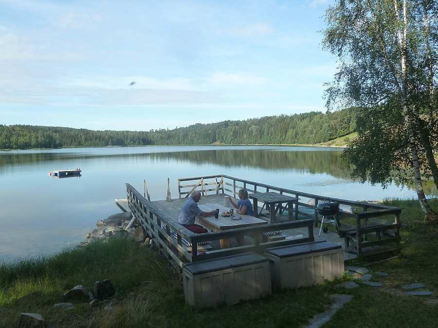 Die große Steganlange am Seeufer mit Sitzbereich und Grill