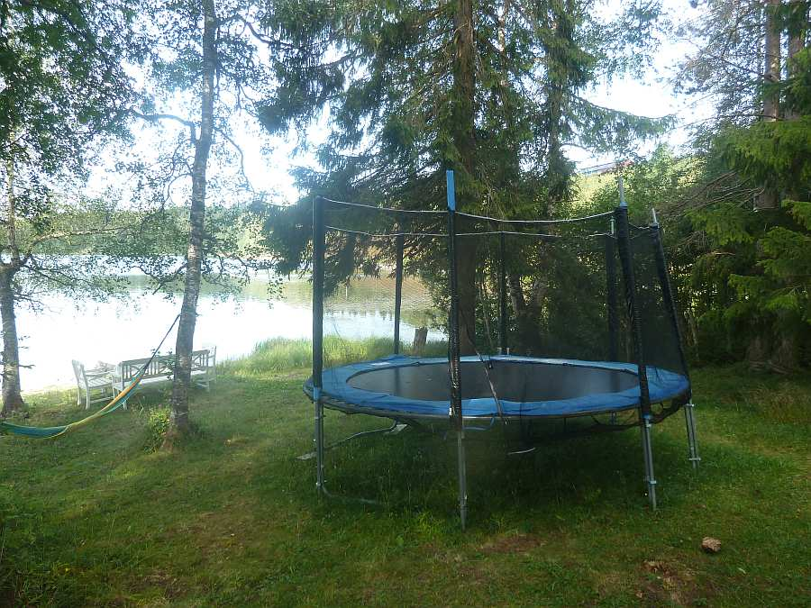 Trampolin im Garten - die Kinder wird es freuen