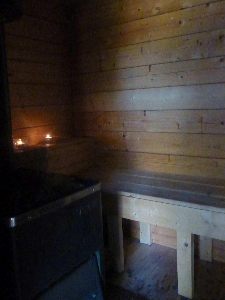 In der Sauna finden bis zu 3-4 Personen gleichzeitig Platz