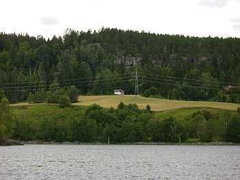 Blick vom Fluss auf das Ferienhaus