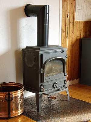 Warme Gemütlichkeit - zusätzlich zur E-Heizung sorgt der Ofen für Behaglichkeit