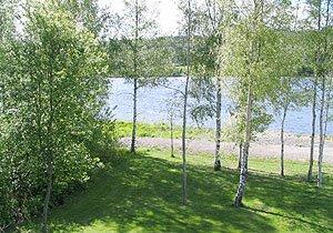 Das Grundstück von Haus Guttersrud liegt unmittelbar am Ufer der Glomma
