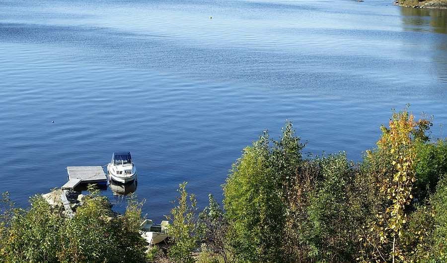 Blick vom Weg am Haus hinunter zum Bootssteg