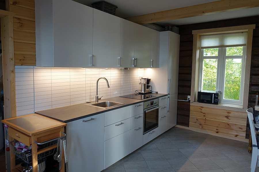 Die Küche ist umfassend ausgestattet - von der Kaffeemaschine bis zum Geschirrspüler ist alles vorhanden.
