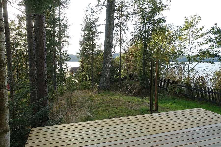 Die Holzterrasse am Haus - natürlich stehen auch Gartenmöbel und ein Grill zur Verfügung