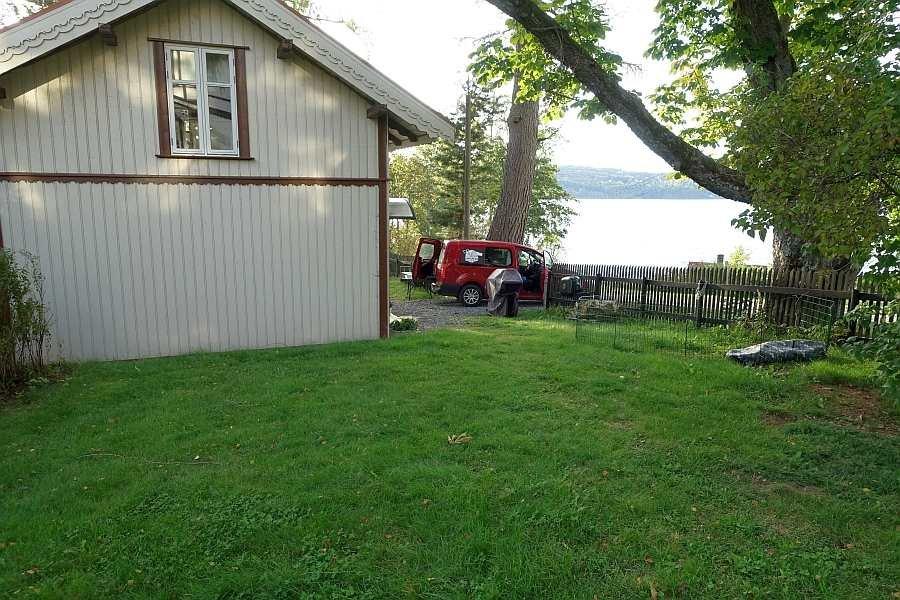 Das Ferienhaus liegt nur ca. 60 Meter vom See entfernt