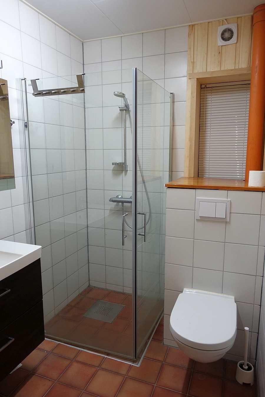 Das erste Badezimmer im Haus - hier mit Waschtisch, Dusche und WC. Fußbodenheizung vorhanden